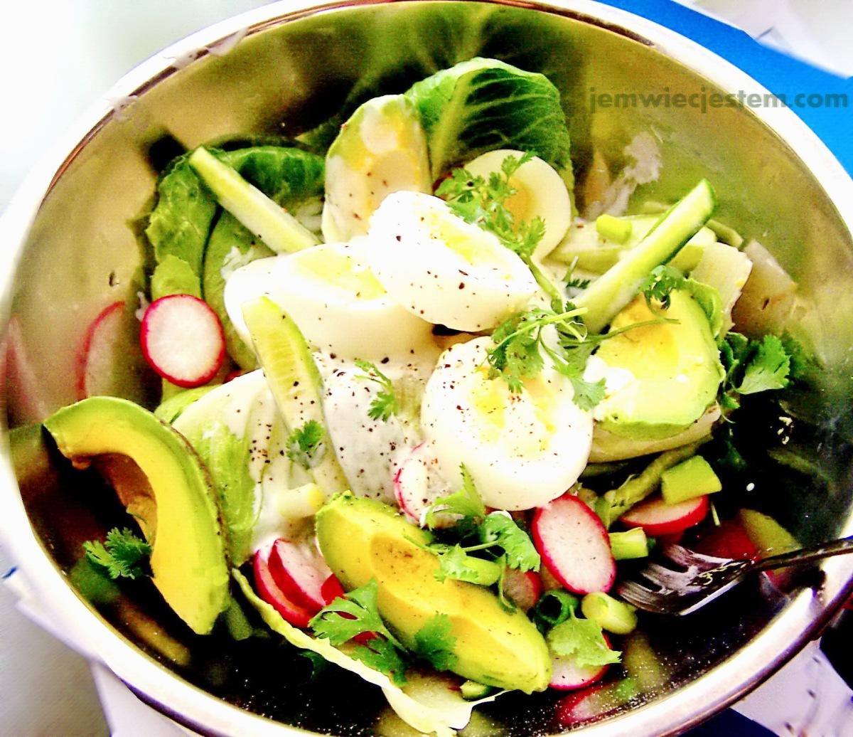 Zielona sałatka wielkanocna z jajkami, awokado i dresingiem wasabi