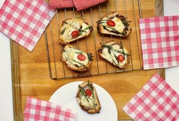 Szybkie tosty ze szparagami, wołowiną i serem Fontina..