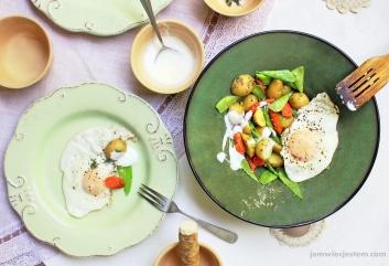 Młode ziemniaki, marchewka, groszek, jajko sadzone, koperek świeżo starty chrzan i jajko sadzone...