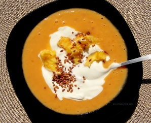 Mus z moreli (prosto z targu) i mleka słonecznikowego; z naturalnym jogurtem, dojrzałymi w słońcu kalifornijskimi brzoskwiniami i prażonym brązowym ryżem…