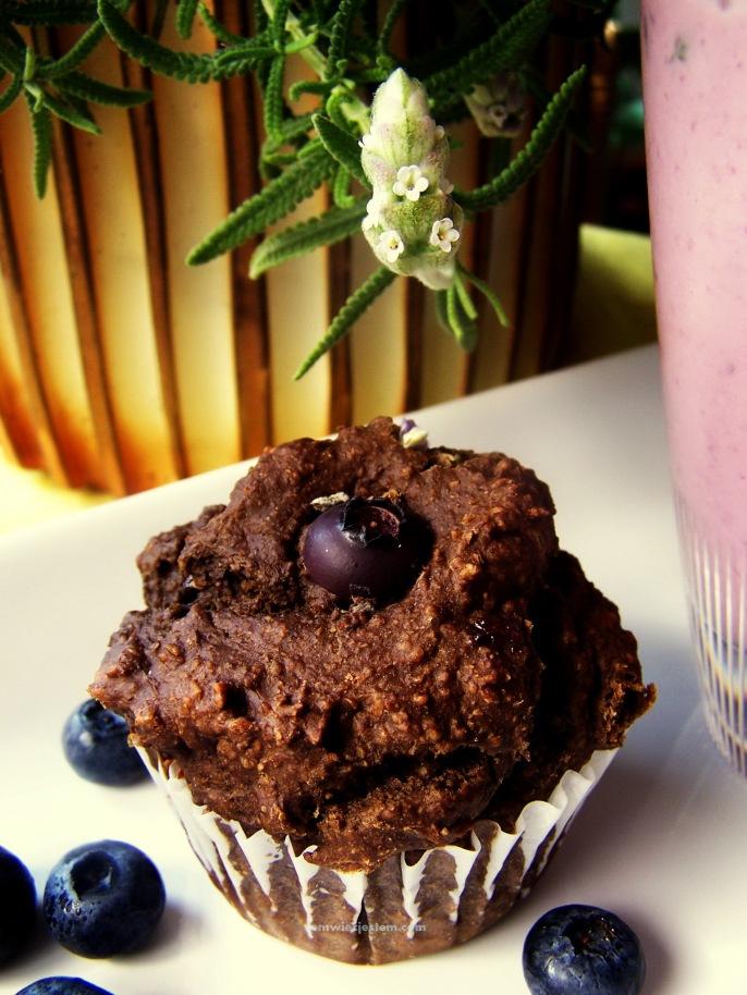 I made a healthy oatmeal, banana, 80% extra dark chocolate muffin topped with lavender and blueberry. Zrobiłam zdrową muffin z owsianki, banana i 80% czekolady, z dodatkiem lawendy i jagody.
