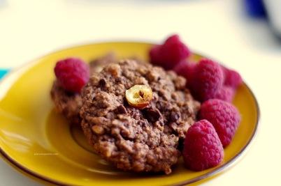 Soft, delicious, melting in your mouth flour-egg-butter-less semi sweet chockolate-hazelnut cookies with raspberries... Miękkie, pyszne, rozpływające się w ustach ciasteczka z półsłodkiej czekolady i orzechów laskowych, zrobione bez mąki, masła, jajek i dodatkowego cukru; ze świeżymi malinami...