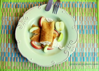 My breakfast. Delicate and fluffy oatmeal-apricot crepes filled with sweet, vanilla spiced queso fresco... Mega yum!Moje śniadanie